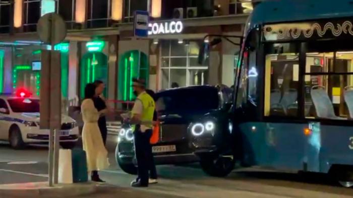 Авария с участием Bentley и трамвая произошла в Москве