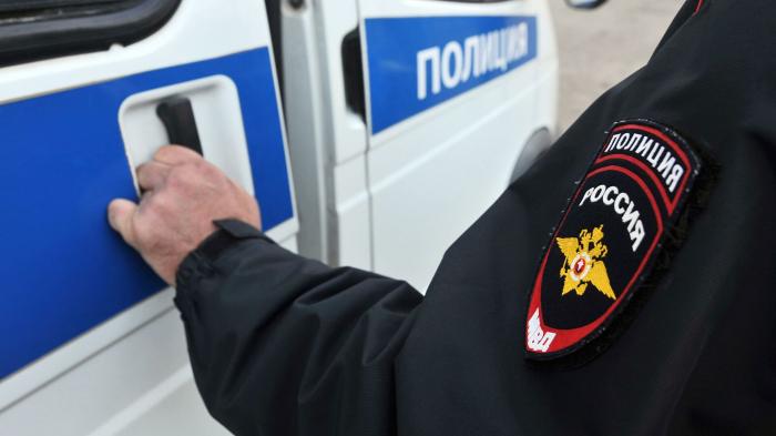 Во Владивостоке трое таксистов избили и ограбили пассажира