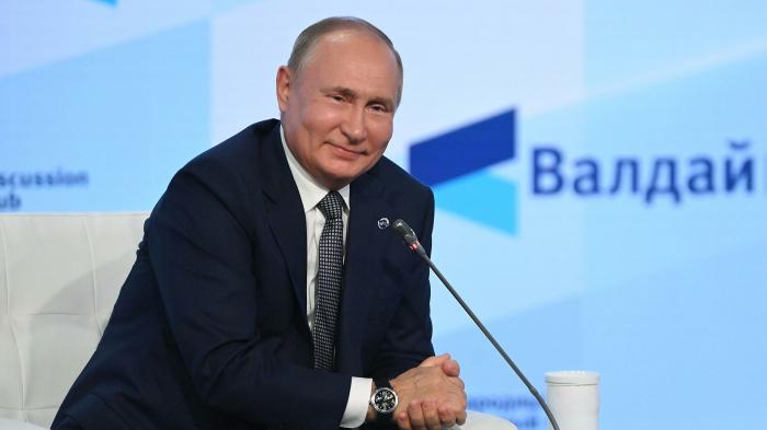 Путин пошутил, что не претендует на зарплату модератора Валдайского форума